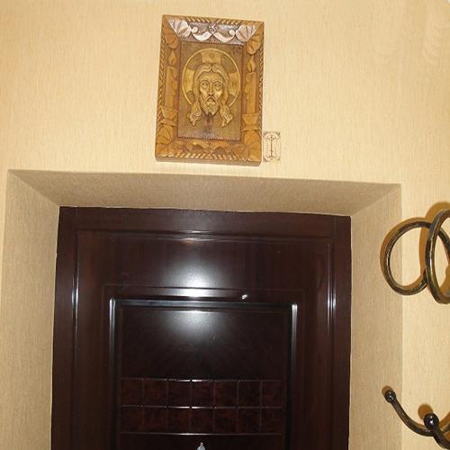 Какую Икону можно повесить над Входной Дверью и Напротив